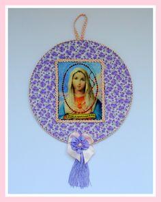 Lindo quadrinho religioso em madeira, revestido em tecido floral, com gravura de Nossa Senhora do Sagrado Coração de Jesus e enfeites em fitas, galões, laços e pingente.