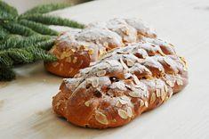 Vánočka z kvásku zatím neumím, vystačím si s tou klasickou z droždí. Yeast Bread, Bread Baking, Russian Recipes, Pavlova, Graham Crackers, Sushi, Meals, Vegetables, Cooking