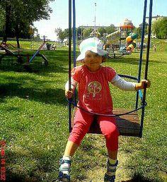 Martynka na huśtawce.