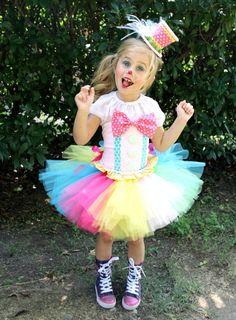 Ideal für Halloween Zirkus, Karneval, Clown Kostüm. Schließt die TUTU, SHIRT & Korsett nur (Dies ist ein Satz von 3 Stück) Größen angeboten: 12M bis 6 Ich habe eine Größe 3/4 READY TO SHIP ** Variationen durch Lager können in Stoff-Farbe ändern / Auswahl ** Button & Straps Farben: wird eine der Farben in der Fliege gefunden und kann einschließen lila sein. Tutu Farben: kann kommen, siehe Foto #1 oder #2 je nach Farben vorrätig. Er kann lila (Lavendel) oder blau (türkis...