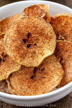 Baked apple chips are a healthy snack made with your favorite variety of apple Cinnamon and a light dusting of powdered sugar enhance the flavor via foodiegavin Apple Recipes, Snack Recipes, Dessert Recipes, Cooking Recipes, Easy Snacks, Healthy Snacks, Healthy Recipes, Cinnamon Apple Chips, Desserts Sains