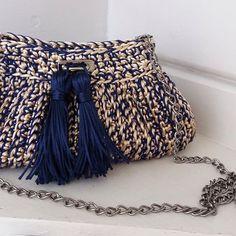 Bolsa em fio acetinado . Mix de Dourado com azul Marinho #bolsadecroche #clutchcroche #clutches