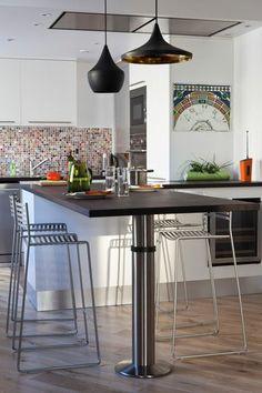 Une cuisine contemporaine avec un plan de travail en wengé - Un appart' contemporain avec cuisine ouverte - CôtéMaison.fr