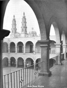 Interior de escuela Rita Perez de Moreno de San Juan de los Lagos Jalisco Mexico .... vista a Basilica Catedral