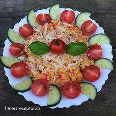 KUSKUS SE ZELENINOU,ŠUNKOU A SÝREM       Ingredience: kuskus (množství záleží na vás) šunka (nakrájená na kousky) sýr rajčata nebo cherry rajčátka cibule pár stroužků česneku mrkev (nastrouhaná na hrubém struhadle) hadovka bylinky (bazalka, hladkolistá petržel, pažitka) olivový olej sůl, pepř Postup: …