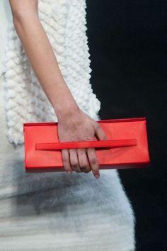 Wide strap clutch rossa di Helmut Lang