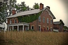 Abandoned Ohio Farm House along route 23 Abandoned Ohio, Old Abandoned Buildings, Abandoned Mansions, Abandoned Places, Abandoned Castles, Derelict House, Ohio House, Farmhouse Paint Colors, Old School House