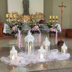 Dekoracje ołtarza, białe lampiony, kwiaty na ślub