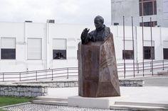 BUSTO DE JOÃO PAULO II - Escultura em bronze, com base em aço corten. 2014