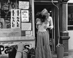 A hippie couple embrace outside a shop selling second hand clothes in St. Mark's Place, New York City, 1972 Photo by Jill Freedman Happy Hippie, Hippie Love, Hippie Style, 1970s Hippie, Hippie Vibes, Woodstock, St Marks Place, Hippie Couple, Mundo Hippie