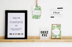 Plank met grappige poster en gezellige kaarten. Door lijstjes, klembordje, kralenketting en tape af te wisselen, krijg je een speels effect. #wonenvoorjou