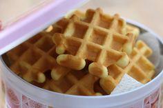 Vanille wafeltjes - heerlijk zoet en zacht www.adaywithtia.com Beignets, Belgian Cuisine, Waffle Iron, Eat Dessert First, Sweet 16, Donuts, Sweet Treats, Food And Drink, Yummy Food