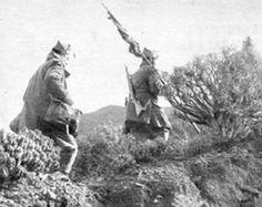 Año 1958, los legionarios de la XIII bandera en una de sus interminables y exhaustivas marchan atraves del pedregoso desierto.Guerra de Ifni 1957-1958. guerra de ifni