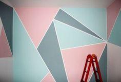 Renovación de una habitación pintando con motivos geométricos una de las paredes.