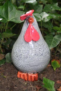 Middelgrote kip,leverbaarin dezelfde kleuren als de kleine kippen Pottery Sculpture, Pottery Art, Ceramic Chicken, Clay Birds, Pot Of Gold, Clay Animals, Coq, Gold Art, Gourds