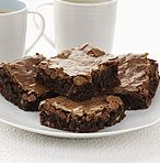 Looking for chocolate brownies with nuts? These moist and delicious brownies are made with plenty of walnuts and the added bonus of chocolate chips! Cake Like Brownies, Chocolate Chunk Brownies, Chewy Brownies, Nutella Brownies, Caramel Brownies, Mug Recipes, Dessert Recipes, Duncan Hines Brownie Mix, Best Brownie Mix