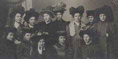 Turun Suomalaisen kauppaopiston 2. luokan opiskelijoita noin vuonna 1908-1909.  Kuvaaja: tuntematon Turun museokeskuksen valokuva-arkisto Val550:6