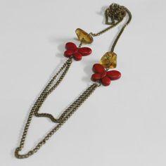 Collar de ámbar y dije de mariposa (resina) en oro viejo. Diseñado por Paulina Villanueva