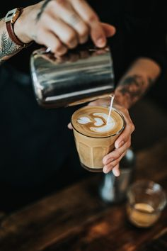 Great ways to make authentic Italian coffee and understand the Italian culture of espresso cappuccino and more! Coffee Photos, Coffee Pictures, Frappuccino, Frappe, Coffee Type, Great Coffee, Coffee Coffee, Starbucks Coffee, Coffee Tables