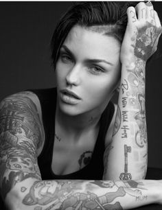 Australian Actress Ruby rose is known for glorious body art work. She has more than 50 tattoos inked on her. Here is photo gallery of Ruby rose tattoos along with their deep meanings. Tattoo Girls, Girl Tattoos, Tattoos For Women, Ruby Rose Tattoo, Tattoos Skull, Hot Tattoos, Ruby Rose Tatuagem, Tattoo Models Frauen, Delevigne Cara