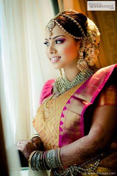 Indian wedding jewelry inspiration: 21 ways to wear maang tikkas and jhoomers for an Indian bride Indian Bridal Makeup, Indian Bridal Fashion, Asian Bridal, Bridal Beauty, Hindu Wedding Ceremony, Desi Wedding, Saree Wedding, Tamil Wedding, Bridal Sarees