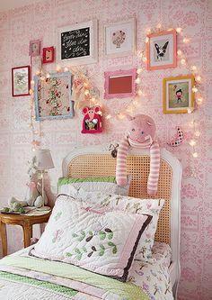 Parece um tecido bordado, mas é papel de parede. Delicado e cor-de-rosa, ele enfeita o quarto de Manuela, de 3 anos. Projeto da arquiteta Monica Drucker