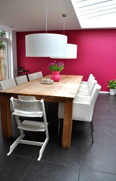 witte hanglampen tegen fuchsia roze muur na STIJLIDEE Interieuradvies en Styling via www.stijlidee.nl