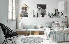 Mooie rand achter het bed om dierbare spullen op te zetten. Ook de planken naast het bed zijn mooi en handig om bijv. een wekker op te zetten of het blad wat je net op dat moment leest! SUPER! Gezien bij VTWonen..
