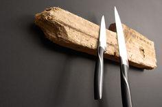 Treibholz aus dem Meer, gefunden an einem Strand, markiert mit den geographischen Koordinaten des Fundortes und mit Magneten ausgerüstet. An der Wand montiert, haften Schlüssel, Messer, Werkzeug und andere metallische Gegenstände am Holz.