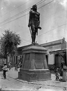 """Uno de los """"Indios verdes"""" el que representa a Itzcoatl, en su ubicación de Calzada de la viga esquina con callejón de San Antonio Abad."""