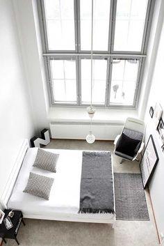Witte slaapkamer met zwarte en grijze accessoires