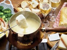 Fondue is a heated cheese bowl which arose in Switzerland. A blend of Gruyere & Swiss cheese combined with wine creates a truly wonderful culinary delight. How To Cook Sausage, How To Cook Chicken, Fondue Raclette, Fondue Recipes, Cheese Dishes, Garlic Recipes, Snacks Für Party, How To Make Cheese, Skinny Kitchen