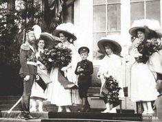 Nicholas w/ his 5 children: Maria, Olga, Alexei, Anastasia & Tatiana