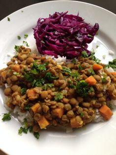 Dahl de lentilha com arroz jasmin aromático e repolho roxo refogado! Deliciosa comida vegetariana! Receita no blog!!