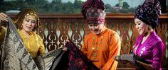 Berwisata ke Kota Seberang adalah pilihan tepat bagi anda yang ingin melihat kehidupan dan budaya masyarakat asli Kota Jambi. Daerah yang dipisahkan Sungai ...