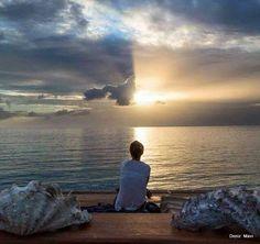 Göz sevileni arar, sohbet sevilenle edilir, uyku sevilen için kaçar, dünya sevenle cennet olur.