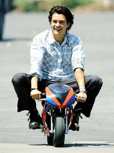 Orlando Bloom.... more like Orlando Zoom or Orlando Vroom. HELP ME I AM SO  WEAK I CAN NOT TYPE I AM ON THE FLOOR. I HATE THIS PICTURE. LOVE THE CAPTION.
