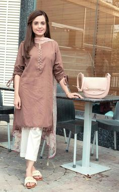 Kurti sleeves design - How to wear clothes ideas simple Simple Pakistani Dresses, Pakistani Fashion Casual, Pakistani Dress Design, Pakistani Outfits, Indian Fashion, Indian Outfits, Pakistani Bridal, Emo Fashion, Thug Fashion