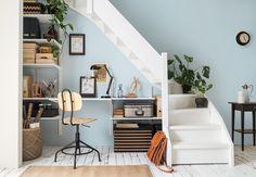 Met allerlei kleine hoekjes is een trapkast vaak moeilijk in te delen. Lees hier hoe je van je overvolle trapkast een georganiseerde werkplek maakt.