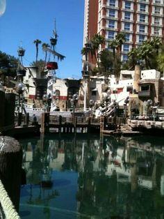 Vegas pirate show