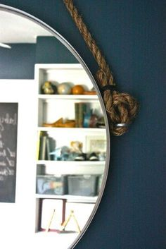 Miroir suspendu avec corde