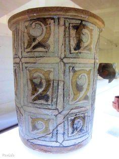 Bacín de cerámica con decoración de cuerda seca. Siglo XII. Madinat al-Zahra. Medina Azahara. Córdoba