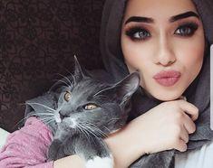 Image about fashion in Hijab 🧕 by on We Heart It Hijabi Girl, Girl Hijab, Arab Fashion, Muslim Fashion, Girl And Cat, Beautiful Hijab Girl, Hijab Makeup, Modele Hijab, Hijab Niqab