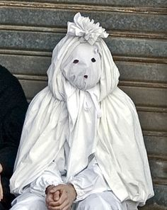 """El típico carnaval máscaras Aidomaggiore ciudad pequeña de unos 500 habitantes de la provincia de Oristano, las máscaras """"para lenzolu"""": blanco el lunes, el martes negro, el día de la final del carnava"""