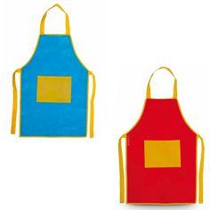 Delantales originales y divertidos con un color principal, bien en rojo o en azul, y un bolsillo grande central, dispuesto en el pecho, que junto con los ribetes y las cintas son en ambos casos de color amarillo.