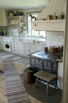 Farmhouse Kitchen Design Ideas - Best WHITE FARMHOUSE KITCHENS images How to create a shabby chic kitchen, which is one of the most popular styles of decorating, especially for cou White Farmhouse Kitchens, Cottage Kitchens, Farmhouse Kitchen Decor, Small Kitchens, Farmhouse Chic, Farmhouse Interior, Dream Kitchens, Diy Interior, Interior Design