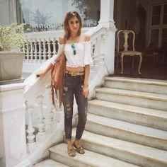 "#casual #look for #monday  #letsstarttheweek  #wakeup !!!  ""#never underestimate the #power of a #good #outfit""  #ootd ---> @ohzsazsaperu #top || @expressrunway #boyfriendjeans || @toms @peru_toms #shoesoftheday || @suiteblancousa #boho #bag || @rayban #blue #aviators || #vintage #belt"