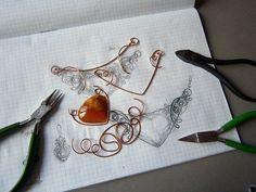 Добрый день! Хочу показать несколько фото процесса создания медного колье с симбирцитом. 1. Эскиз, медная проволока разной толщины (1,5; 1,0; 0,75; 0,3), частично представлены используемые в работе инструменты. 2. Элементы основы будущего колье. 3. Соединение основы и примерка камня.