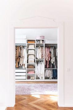 Ich freu mich euch heute einen weiteren kleinen Einblick in unsere neue Wohnung geben zu können. Ganz klischeehaft habe ich mich als Modeblogger als allererstes um das allerheiligste gekümmert: mei…