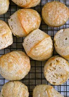 No knead breakfast rolls Danish Bakery, Easter Bun, Bread Recipes, Cooking Recipes, Norwegian Food, Norwegian Recipes, No Knead Bread, Piece Of Bread, Pesto